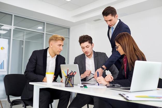 Équipe des affaires en travail des hommes d'affaires parlant un offic moderne