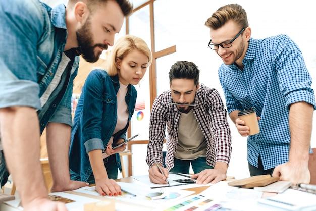 Une équipe d'architectes concepteurs discute d'un projet.
