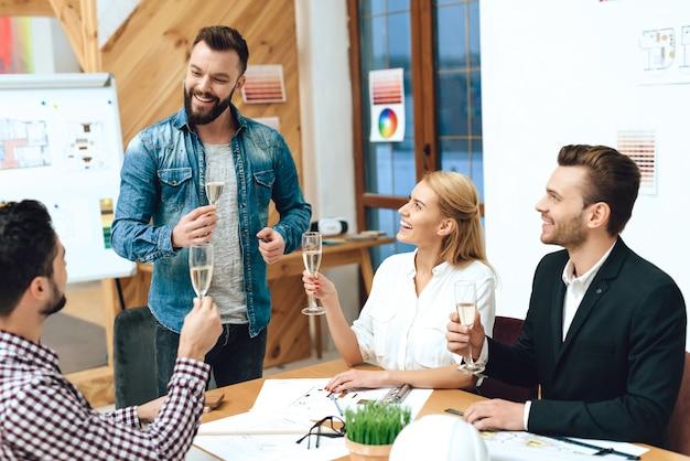 Équipe d'architectes concepteurs faisant des toasts