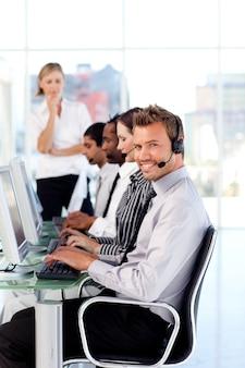 Equipe attractive de direction de dirigeantes dans un centre d'appels