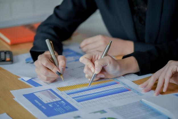 L'équipe d'audit financier vérifie le graphique numérique pour présenter l'étape finale.