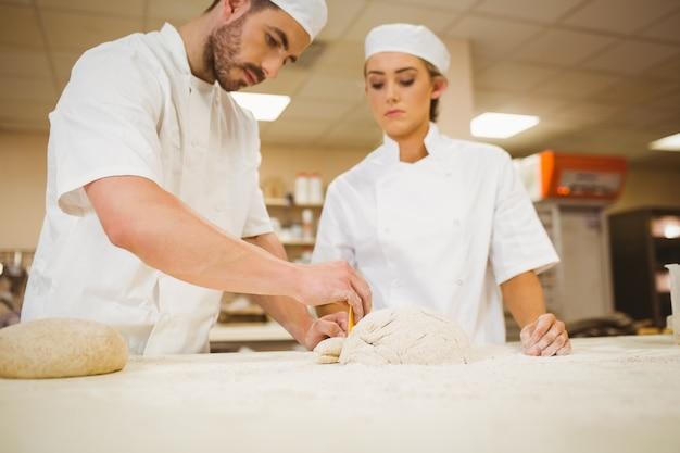 Équipe de boulangers préparant la pâte