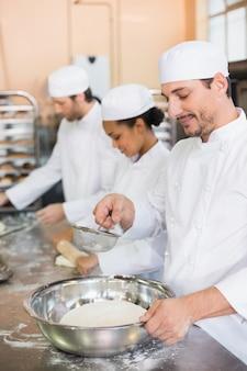 Équipe de boulangers travaillant au comptoir