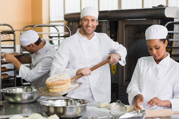 Équipe de boulangers travaillant ensemble