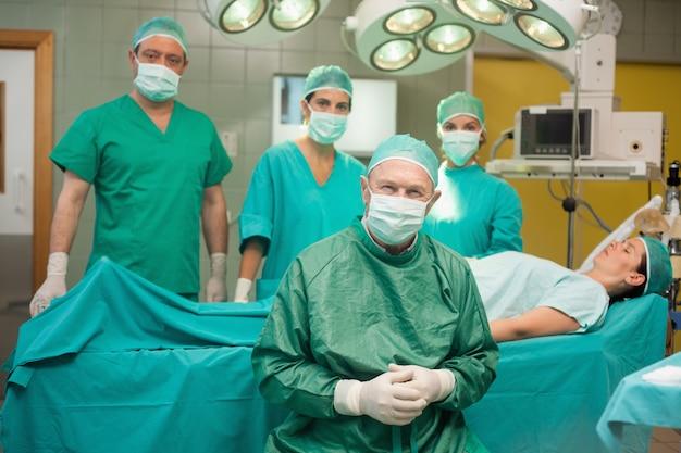 Équipe chirurgicale autour d'un patient