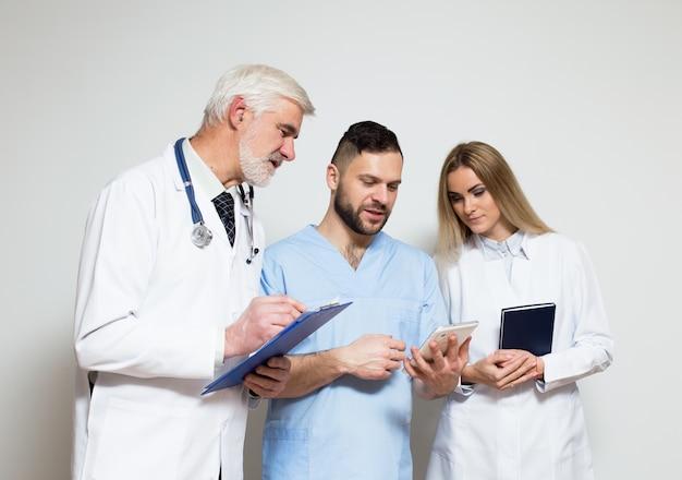 Équipe chirurgicale groupe médical jeune fond