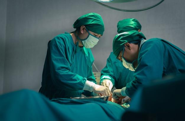 Équipe de chirurgien professionnel opérant un patient de chirurgie en salle d'opération à l'hôpital