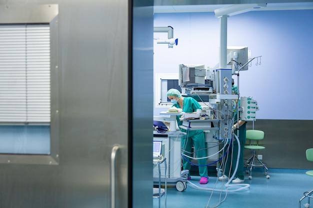 Équipe de chirurgiens travaillant à l'hôpital, salle d'opération