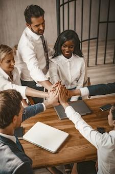 Équipe des cinq grands gestes de l'entreprise lors de la réunion