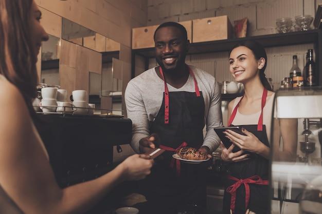 Équipe de client service barista homme et femme