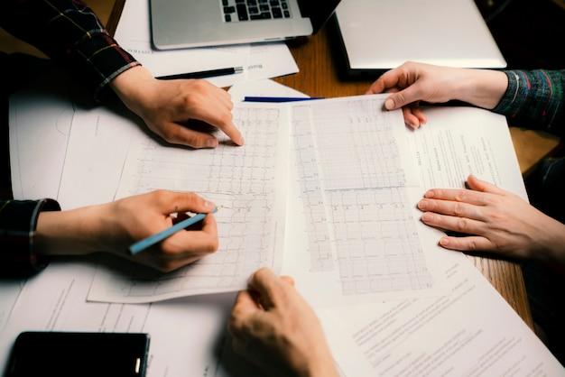 Une équipe de collègues en médecine examine l'analyse de l'ecg