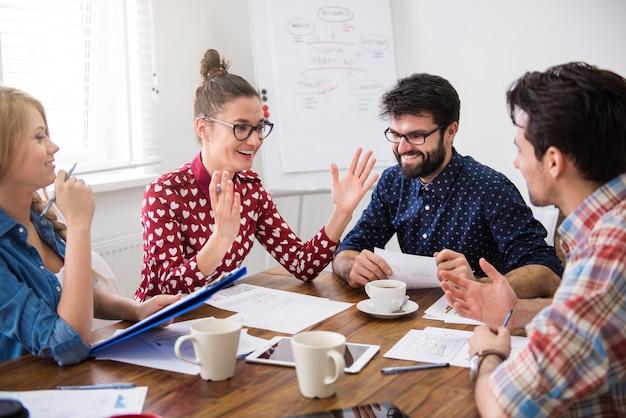 Équipe de collègues de travail. concept de brainstorming