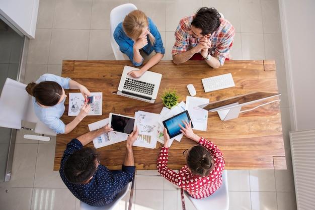 Équipe de collègues vue de dessus travaillant au bureau