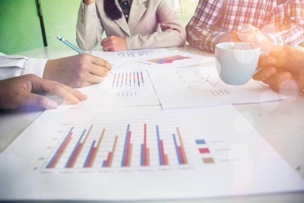 Équipe commerciale analysant les documents financiers