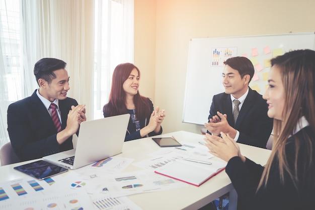 L'équipe commerciale applaudit pour une réunion réussie