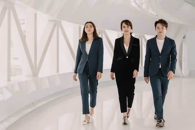 Équipe commerciale asiatique marche