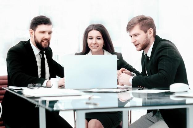 Équipe commerciale assise au bureau et discutant des problèmes actuels