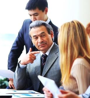 Équipe commerciale ayant une discussion au bureau
