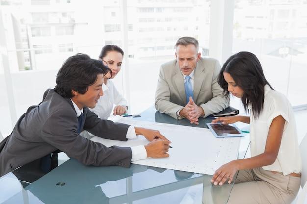 Équipe commerciale ayant une réunion