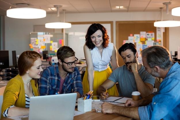 Équipe commerciale créative ayant une réunion au bureau