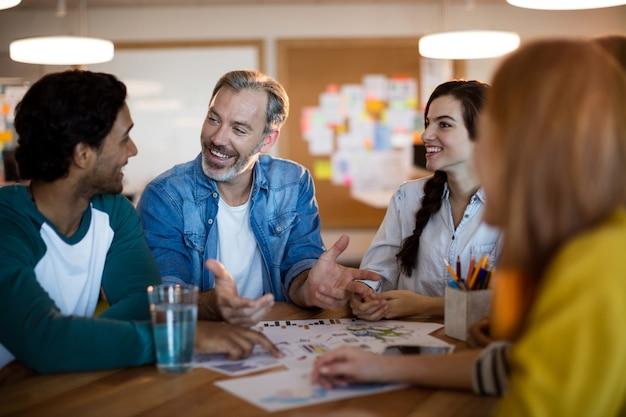 Équipe commerciale créative discutant d'un plan au bureau