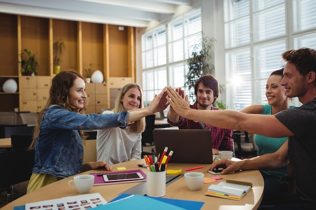 Équipe commerciale creative mettre les mains