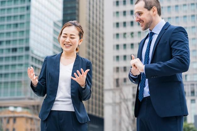 Équipe commerciale discutant dans une atmosphère détendue en plein air