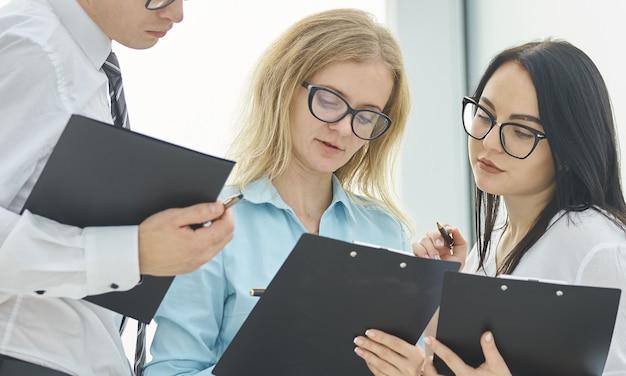 Équipe commerciale discutant de documents commerciaux avant de commencer les négociations. concept d'entreprise