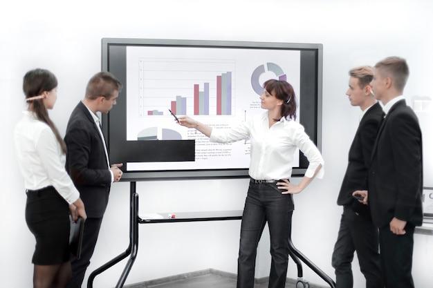 Équipe commerciale discutant du calendrier financier