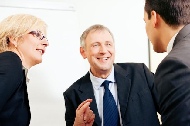 Équipe commerciale discutant d'un projet