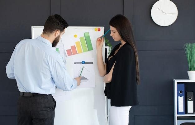 Équipe commerciale discutant de travailler ensemble dans un bureau moderne.
