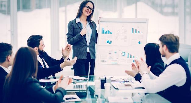 L'équipe commerciale donne une présentation d'un nouveau projet financier pour les partenaires commerciaux de l'entreprise. la photo a un espace vide pour votre texte.