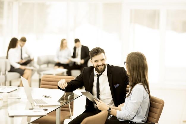 L'équipe commerciale effectue une analyse des rapports marketing sur le lieu de travail