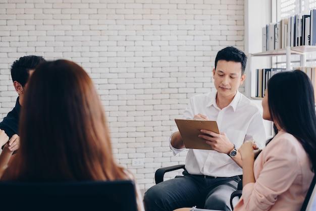 Équipe commerciale avec flip board au bureau discutant