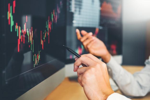 Équipe commerciale investissement entrepreneur trading discussion et analyse graphique stock