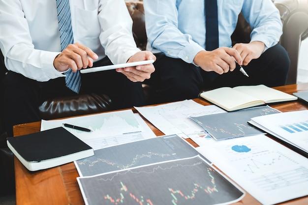 Équipe commerciale investissement entrepreneur trading discuter et analyser graphique boursier