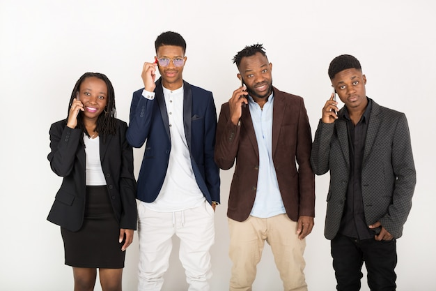 Équipe commerciale de jeunes africains en costumes