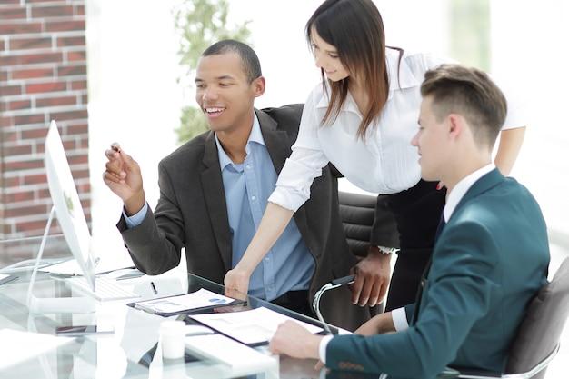 Équipe commerciale sur le lieu de travail au bureau.photo avec espace de copie