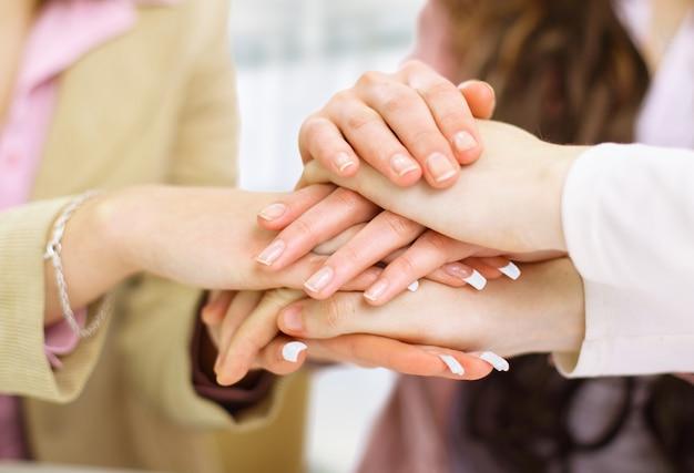 Équipe commerciale mettant leurs mains ensemble