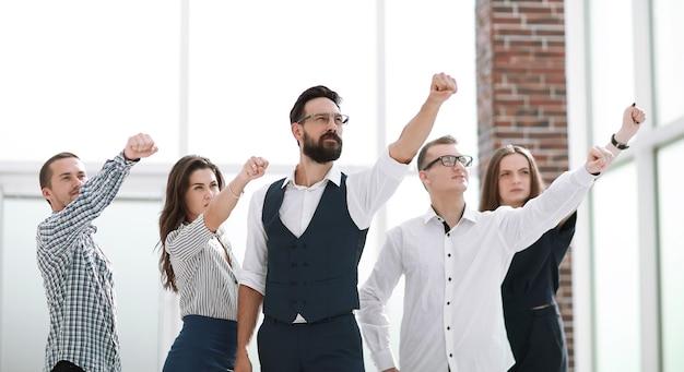 Équipe commerciale montrant sa confiance dans la victoire