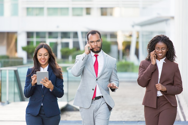 Équipe commerciale multiethnique avec gadgets
