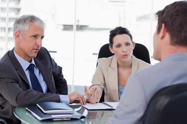 Équipe commerciale négociant avec un client