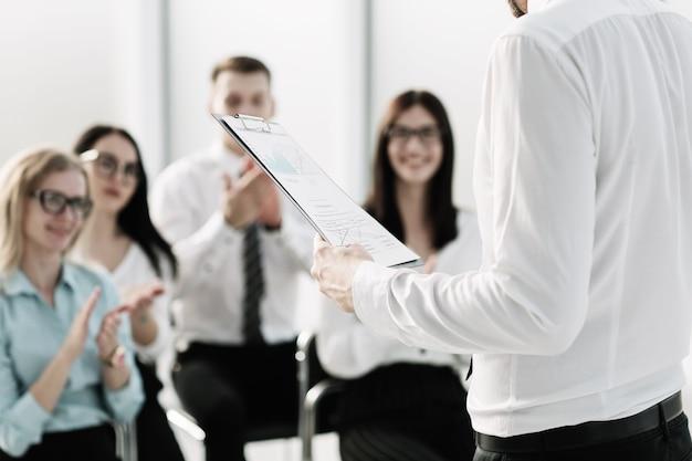 L'équipe commerciale pose des questions sur le briefing au bureau. réunion d'affaires