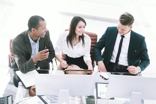 Équipe commerciale professionnelle assis au bureau au bureau