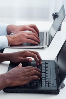 Équipe commerciale rédigeant des articles pour le site web en utilisant l'optimisation du référencement