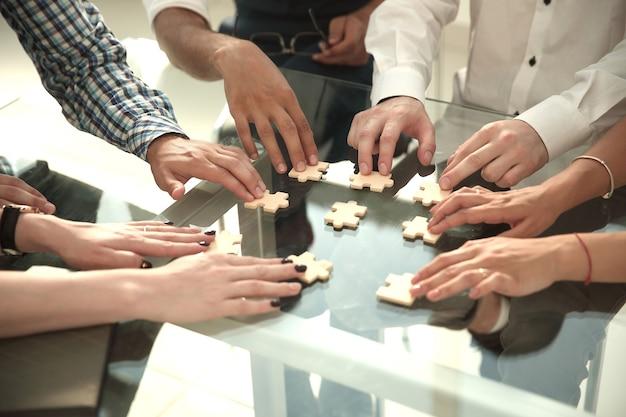 Équipe commerciale reliant les pièces du puzzle