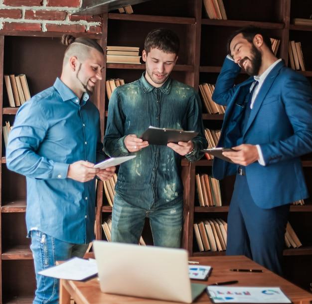 Équipe commerciale réussie discutant du plan de travail dans un bureau moderne