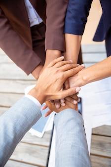 Équipe commerciale réussie exprimant l'unité