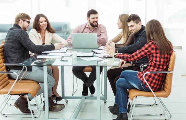 Équipe commerciale réussie tenant une séance de travail sur le lieu de travail au bureau