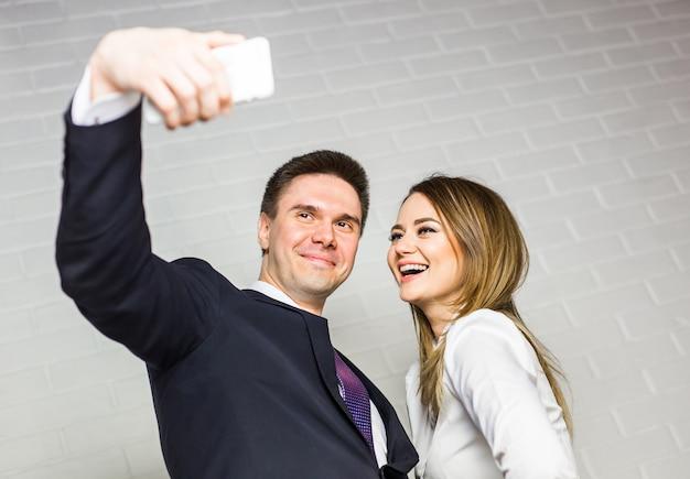 Équipe commerciale selfie prenant des photos au bureau